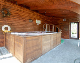The jacuzzi at Tall Pines Motel